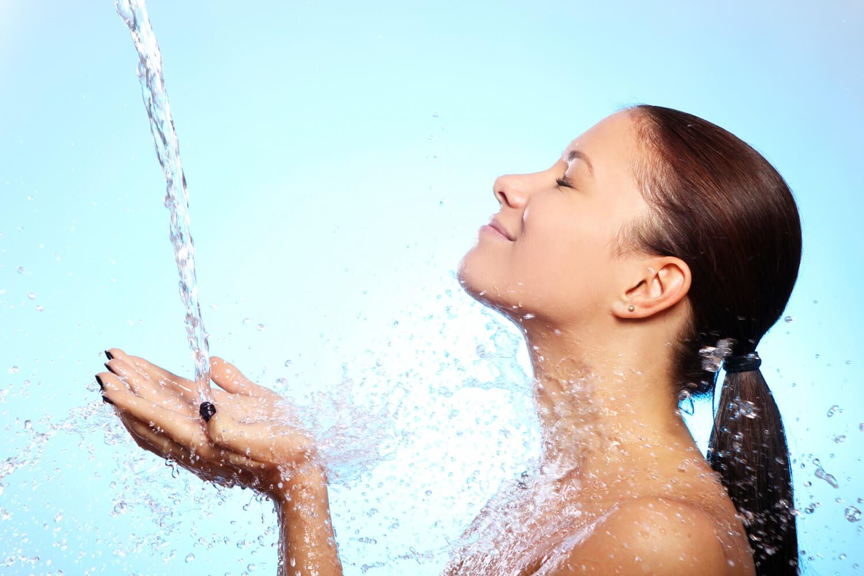 beautiful-woman-splash-water